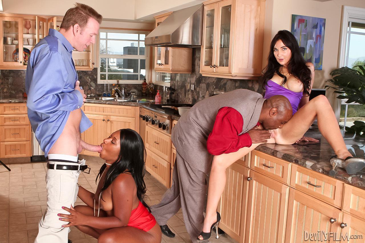 Черная Rane Reverse и белая Diana Prince трахают два члена и наслаждаются их спермой