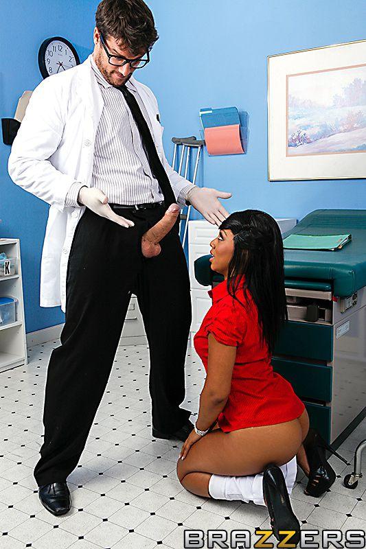 Невероятная красотка-негритянка Leilani Leeane наслаждается грязной прелюдией и занимается грубым анальным сексом