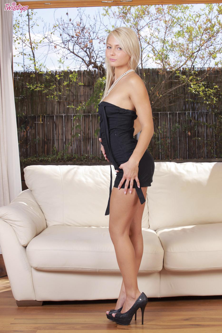 Горячая блондинка Pinky June без трусов, стоя на коленях, проникает пальчиками в свою сладкую киску