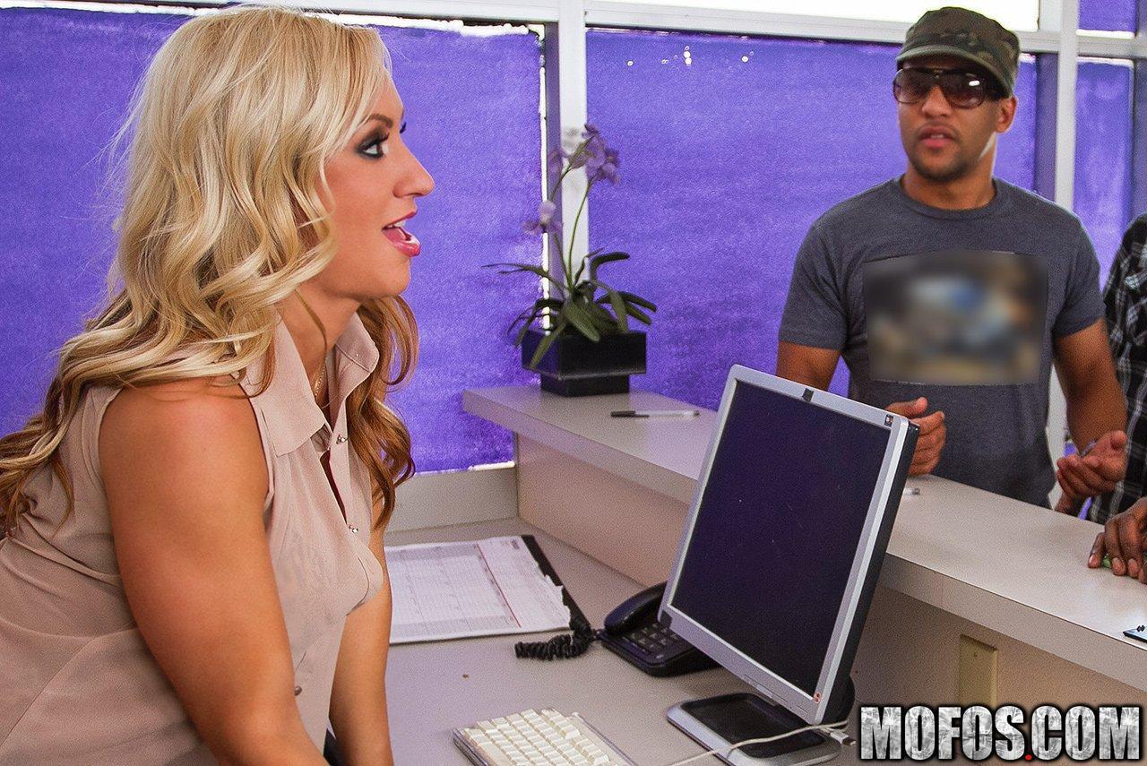 Соблазнительная блондинка с большой грудью Zoey Portland быстро кончает от черного хуя