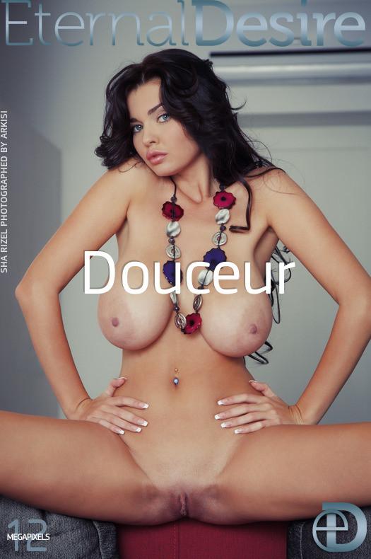 Красивая модель с отличной настоящей грудью