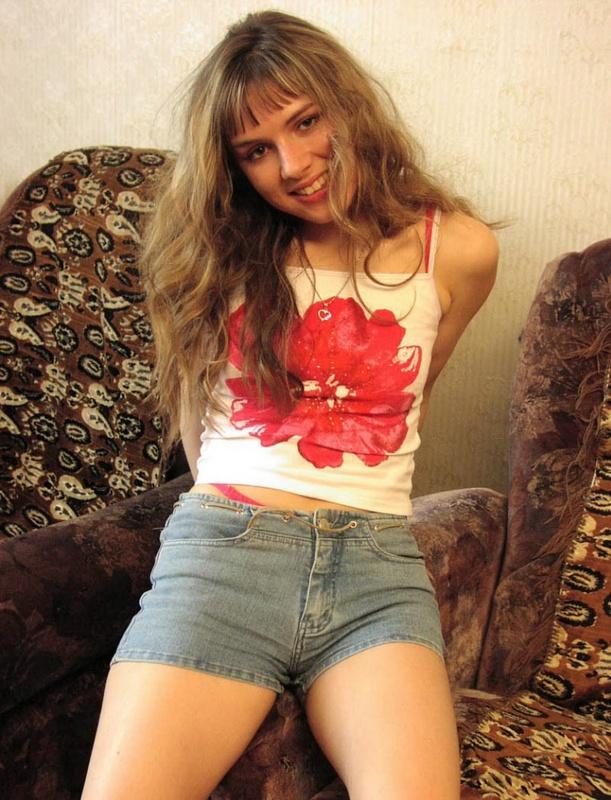Русская провинциалка с маленькими сиськами позирует на диване