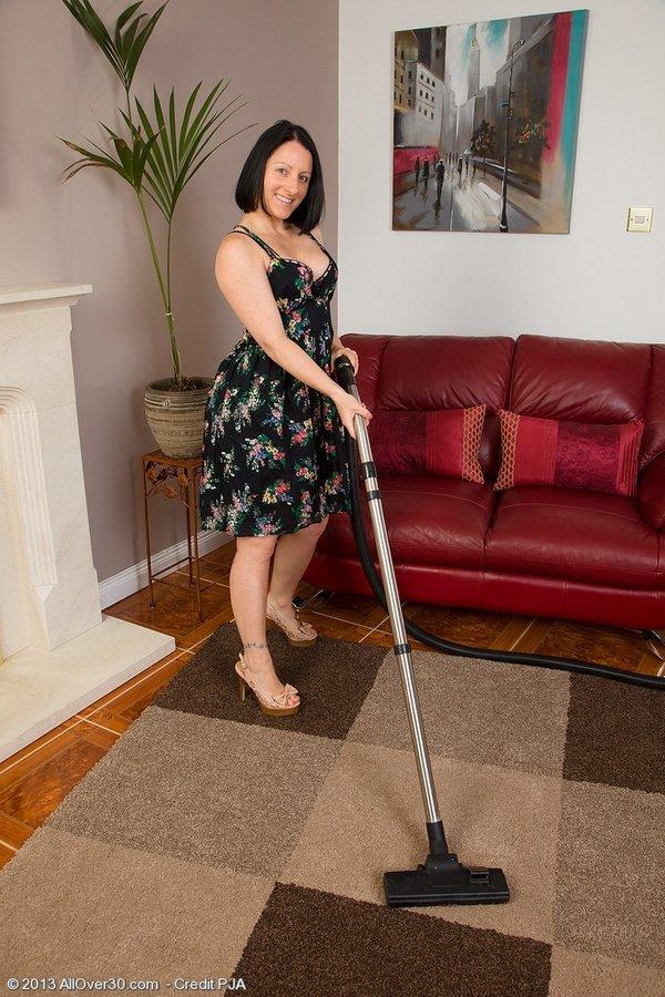 Пышная домработница по первой просьбе сняла с себя платье и показывает формы
