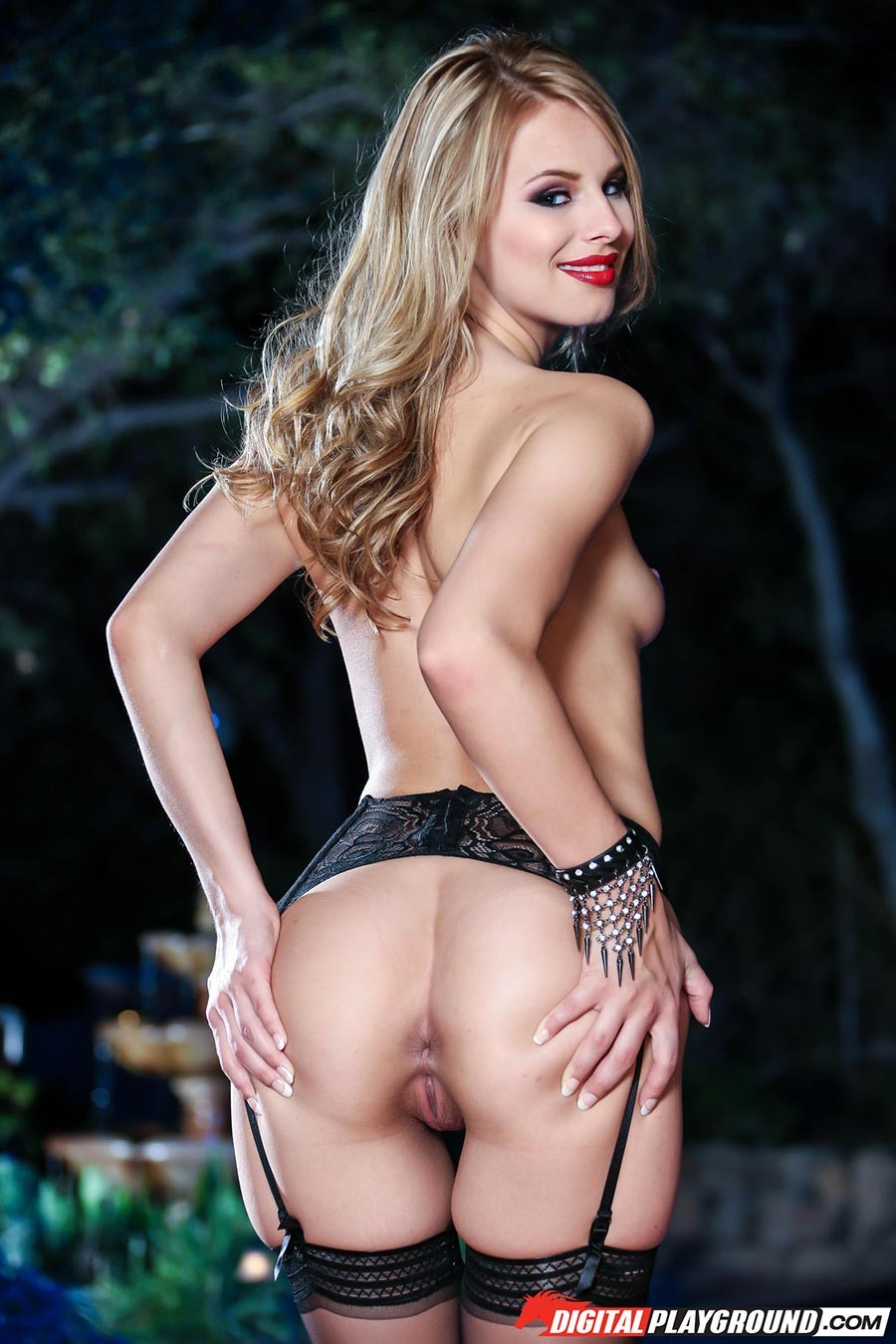 Джиллиан Дженсон - девушка с красивой фигуркой, которая любит подразнить своим телом