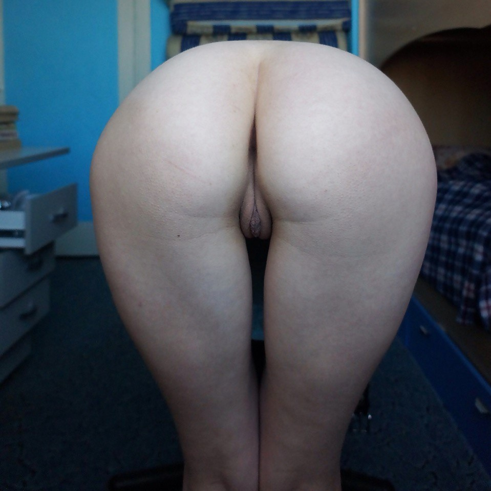 Молодая женщина с большой грудью и крупными сосками показала все свои дырочки, заостряя внимание на анусе