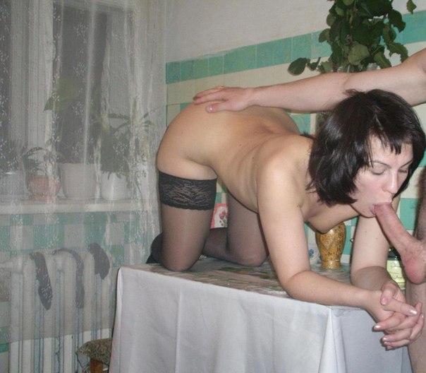 Русские сучки делают смачный отсос и трахаются в домашней обстановке