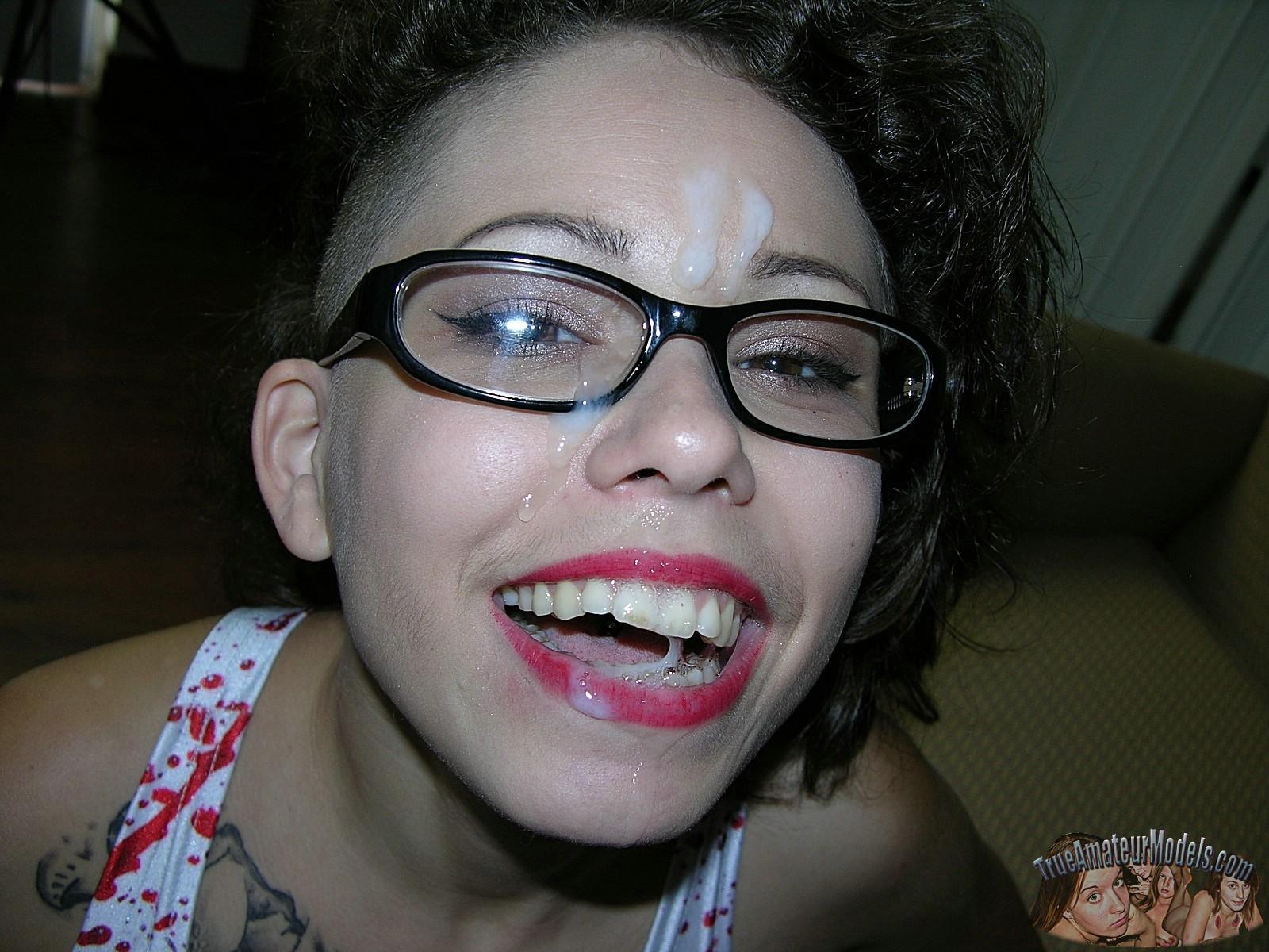 Телка с алыми губами взяла на рот без всяких проблем, обкончали даже лоб и очки