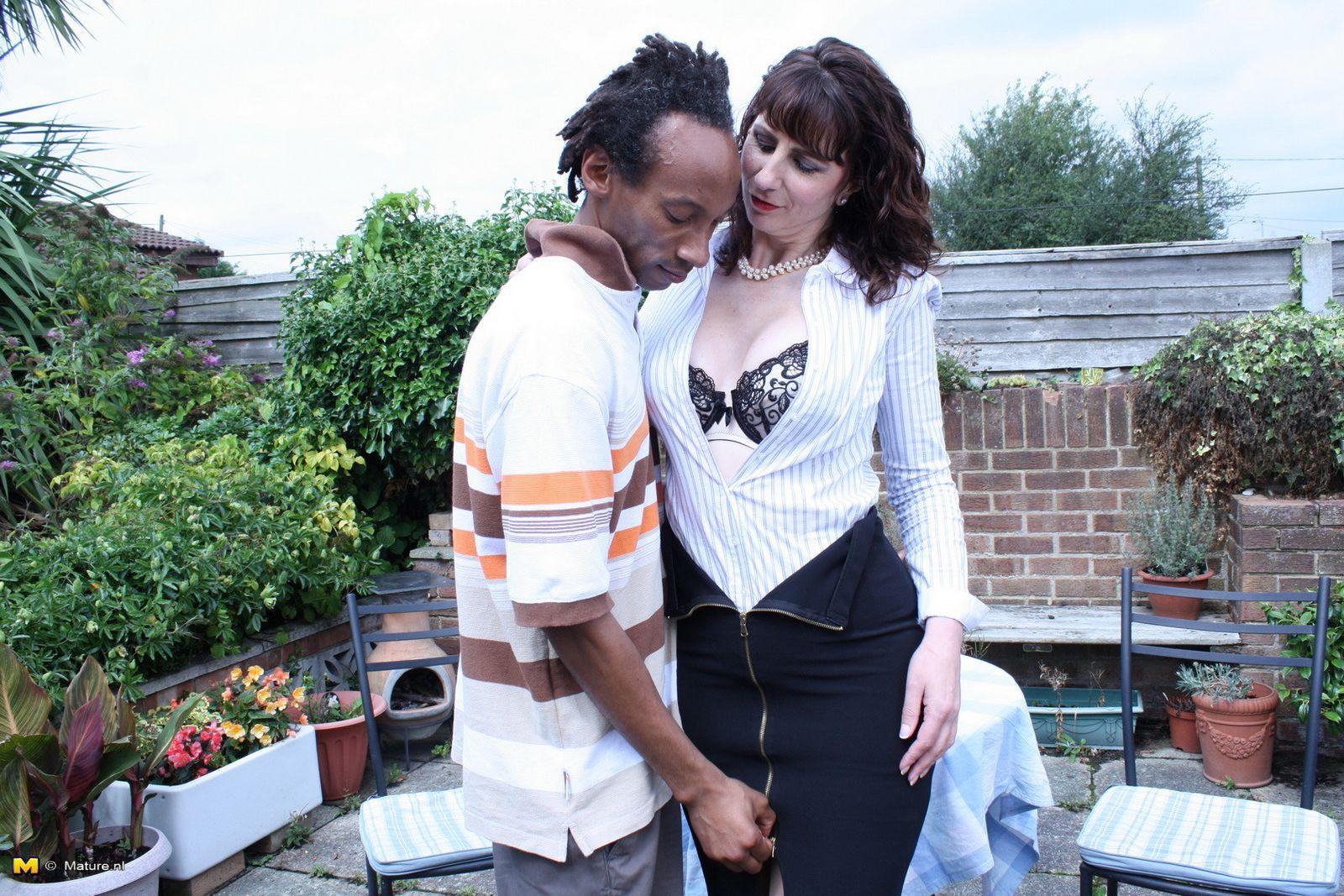 Зрелая темпераментная женщина соблазняет темнокожего мужчину и позволяет себя трогать