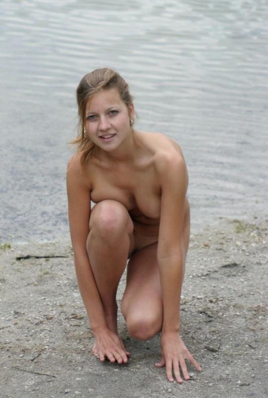 18летняя девушка позирует в голом виде на берегу реки