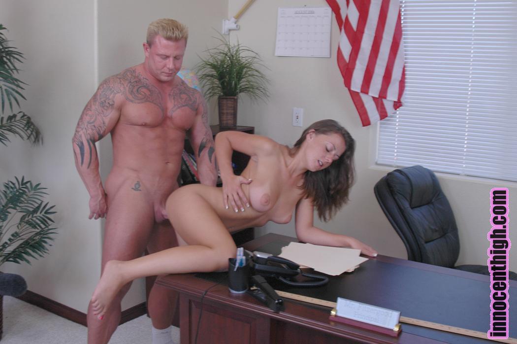 Студентка с длинными ножками и большой грудью Penny Flame скачет на члене директора и доводит его до оргазма