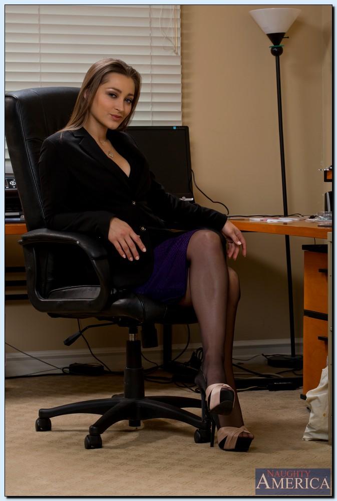 Бизнес леди демонстрирует пизду в офисе перед камерой
