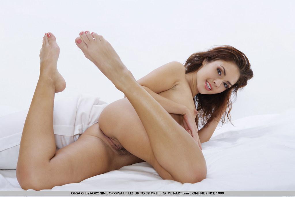 Бесстыжая красотка Olga G снимает белье и показывает свою киску