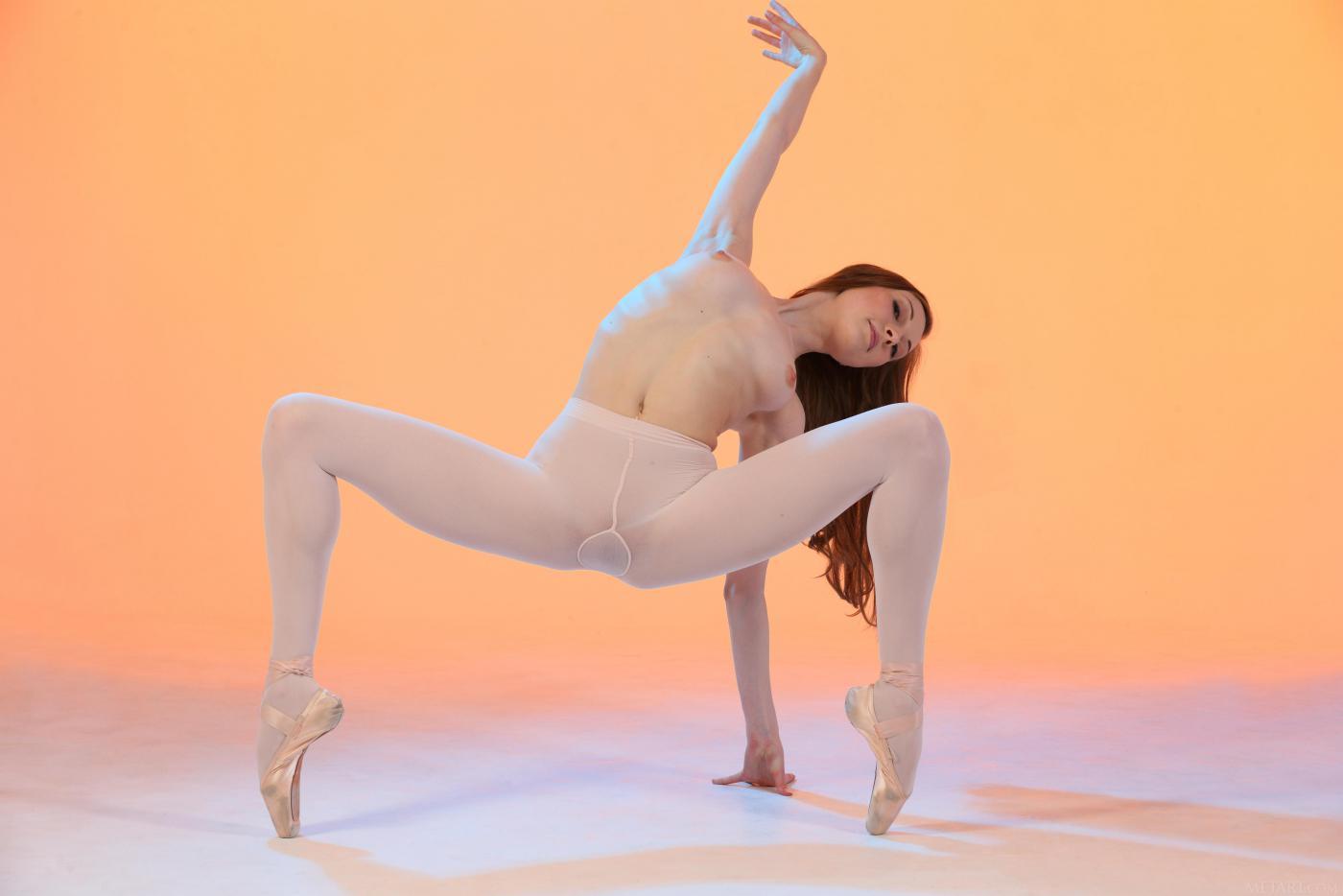 Милая сучка Annett A делает гимнастику и показывает голое тело