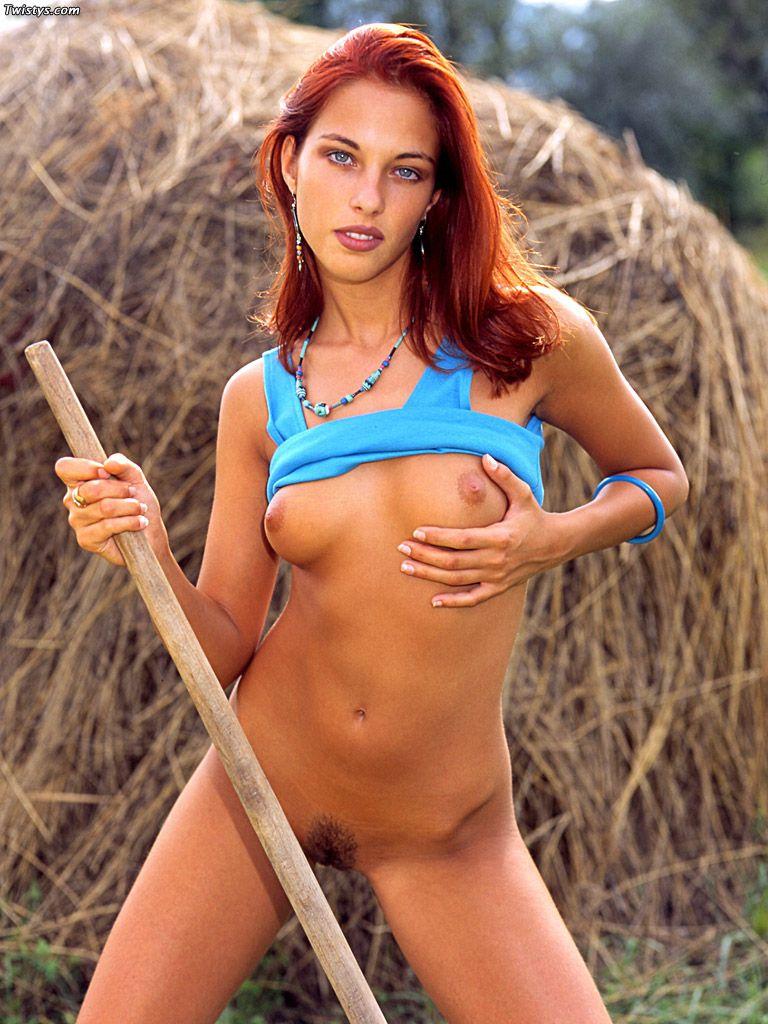Синий топик не может прикрыть стоячую грудь красотки Victoria Twistys