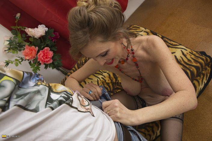 Худая бабушка трахается с новым молодым любовником XXX порно фото