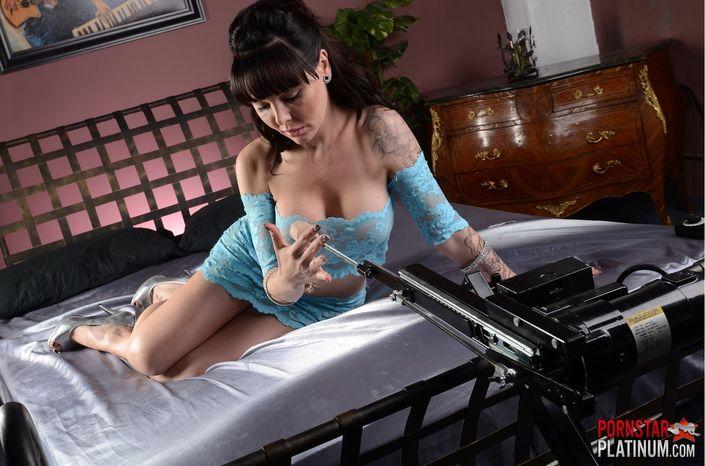 Очаровательная домохозяйка в отсутствии мужа пользуется ебальным станком