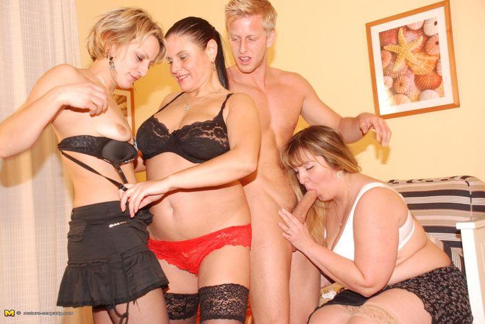 Три горячие бабенки любят трахаться с молодым парнем