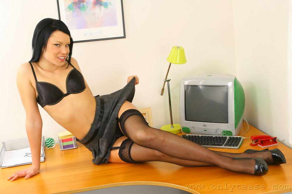 Длинноногая секретарша в сексуальных черных чулках и с маленькой грудью Sophie Onlytease снимает свою красивую одежду