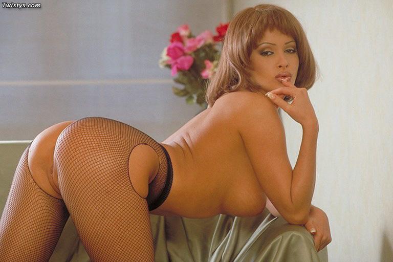 Zdenka Podkapova в чулках, позирует топлесс и показывает свои очаровательные округлые формы