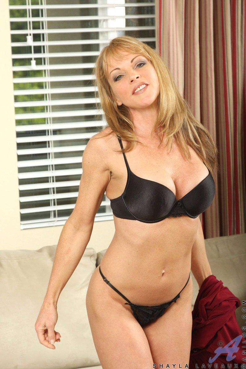Черное нижнее белье скрывает тело великолепной Shayla Laveaux а потом она позирует обнаженной