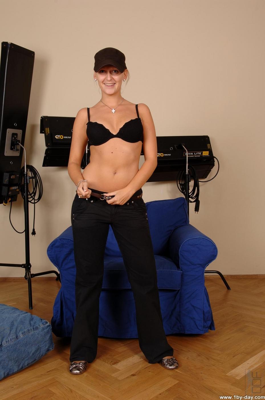 Milli в черной кепке и горячем нижнем белье засветила свою круглую попку и волосатую мохнатку