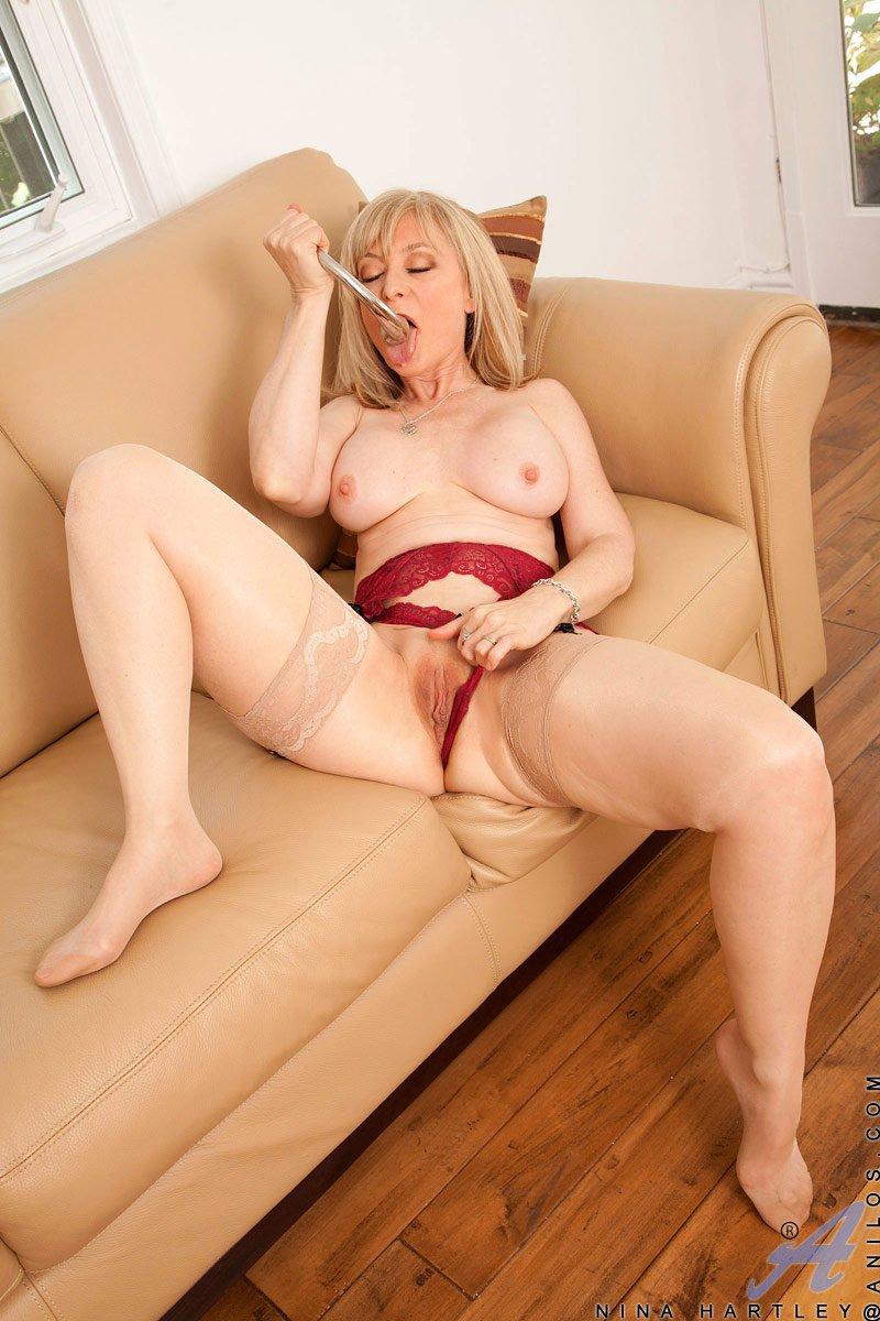 Сисястая мамуля Nina Hartley развлекается с нижним бельем и доставляет себе реальное удовлетворение