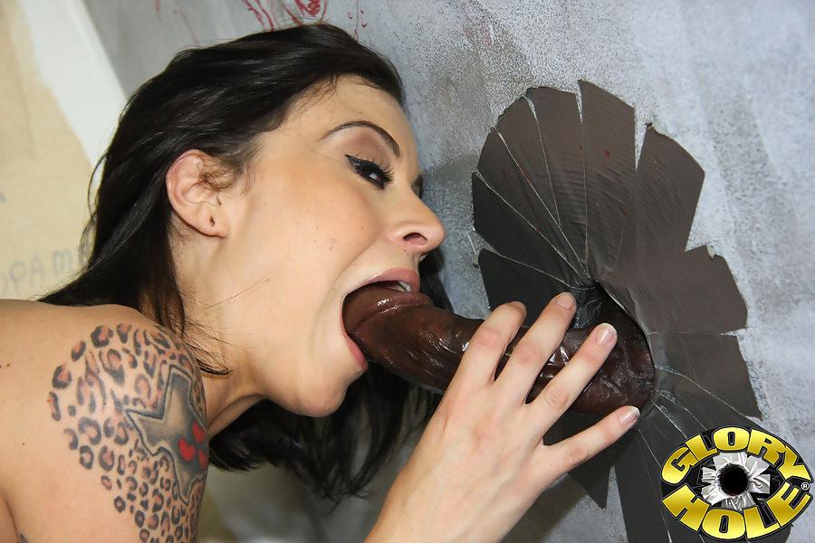 Татуированная брюнетка развлекается с черным членом в туалете
