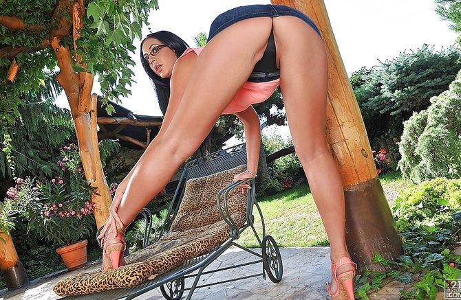 Позирует попастая голая мамка во дворе дома